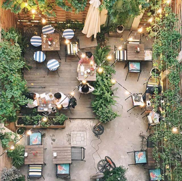 Thiết kế sân vườn quán cafe có cây cối và đèn