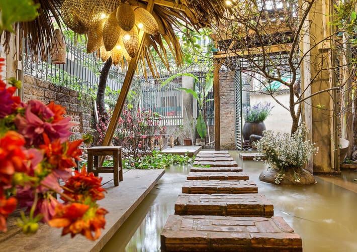 Mẫu sân vườn quán cafe với thảm cỏ và lối đi gạch