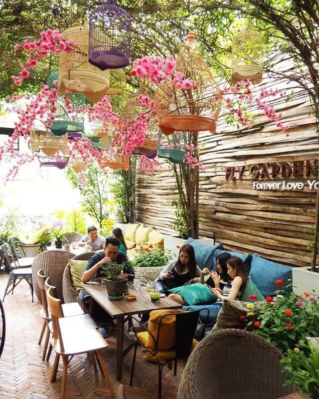 Mẫu sân vườn quán cafe dàn hoa