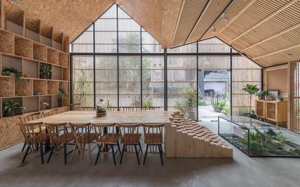 Thiết kế sân vườn quán cafe màu gỗ là chủ đạo