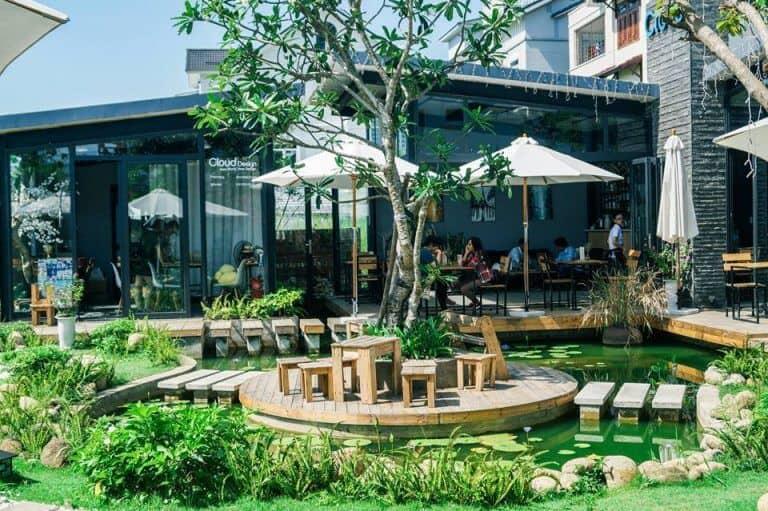 Mẫu sân vườn quán cafe màu xanh chủ đạo