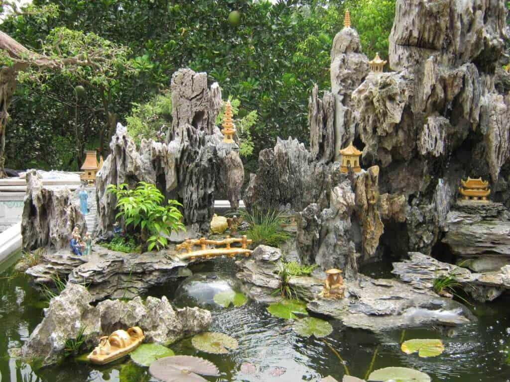 Tiểu cảnh non bộ thác nước với đồ vật trang trí